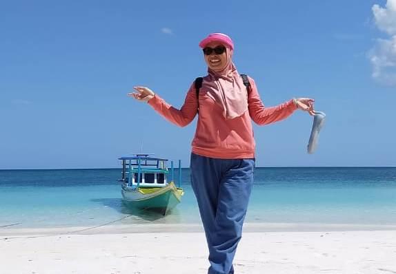 Seorang pengurus PKK Kepulauan Selayar mengabadikan diri di Pantai Bonemalea, Kepulauan Selayar